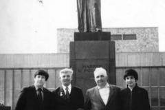 Карашев Хазрит Муридович с однополчанином, с сыном Михаилом и его детьми.