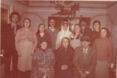Карашева Даухан со своими детьми и родственниками.