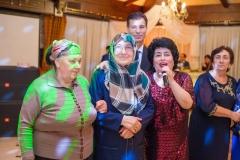 Садия, супруга Азми Йылдырым с родственниками на свадьбе у Умара. 2016 г.
