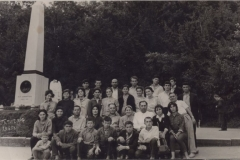1965 год, г. Пятигорск: ученическая производственная бригада Нижне Курпской                                                  средней школы со своими учителями  на экскурсии.