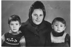Карашева Мила с детьми.