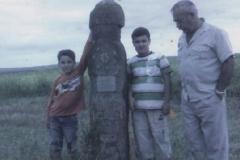 Карашев Владимир с внуками у памятника Лихурею.