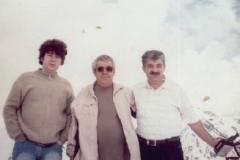 Карашев Михаил Хазритович со  своими сыновьями Анзором и Аскером на Эльбрусе.